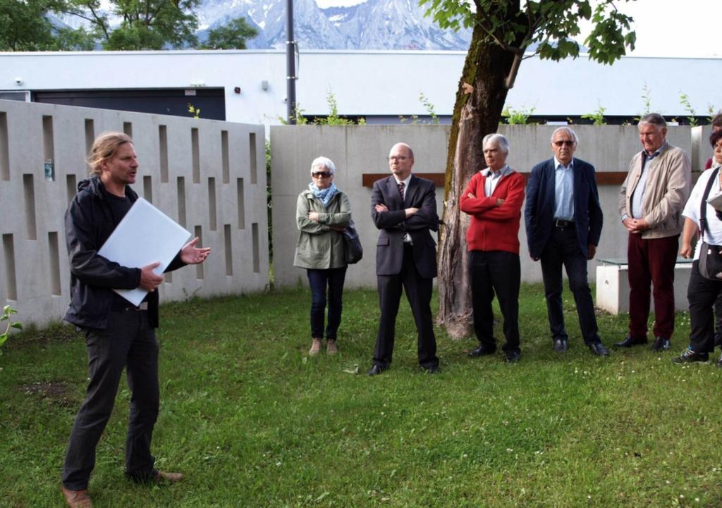 Mag. Seifert berichtet den Vereinsmitgliedern über die neu errichtete Gedenkstätte hinter ihm. ©Christoph Neuner