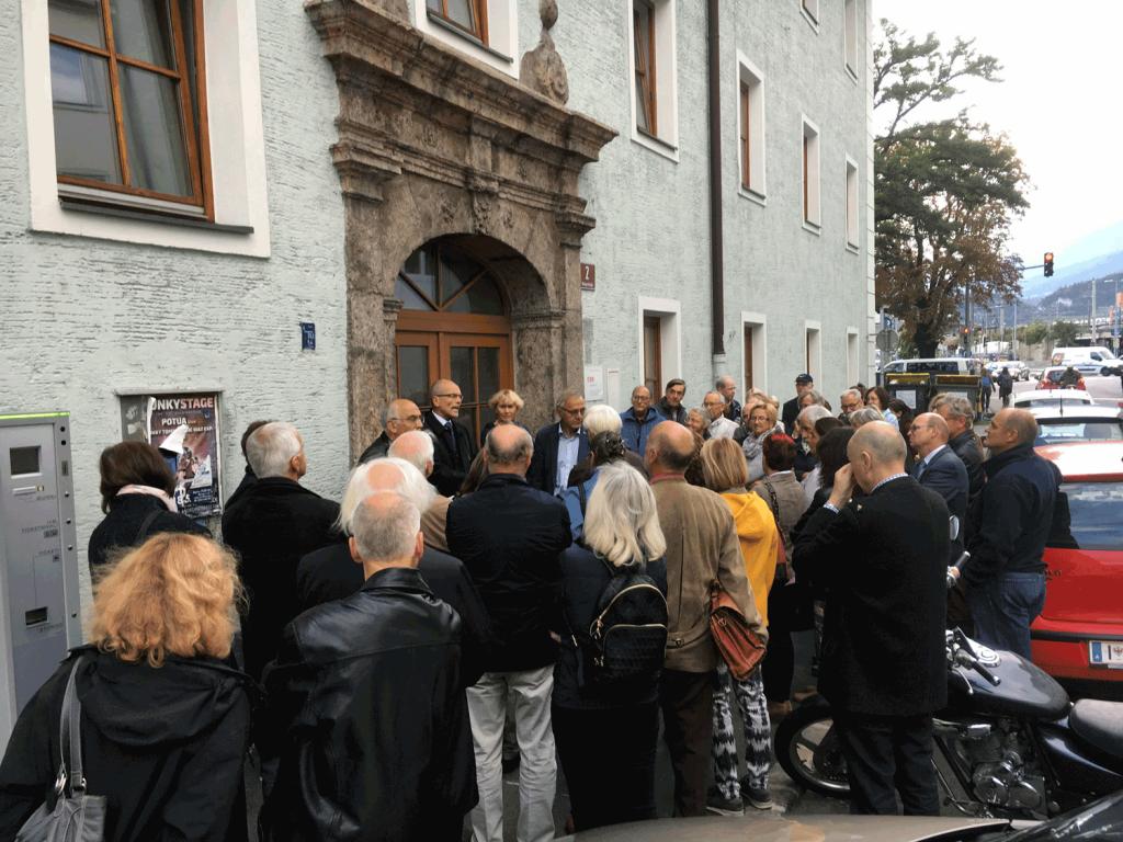 Unser Obmann, HR Dr. Christoph Neuner, begrüßt die große Teilnehmergruppe am Innsbrucker Pesthaus.