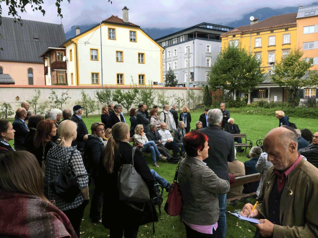 """Im großen Garten vor dem Palais Ferrari erzählt uns Frau Weber vom Pesthaus und vom """"Pestarzt"""" Paul Weinhart."""