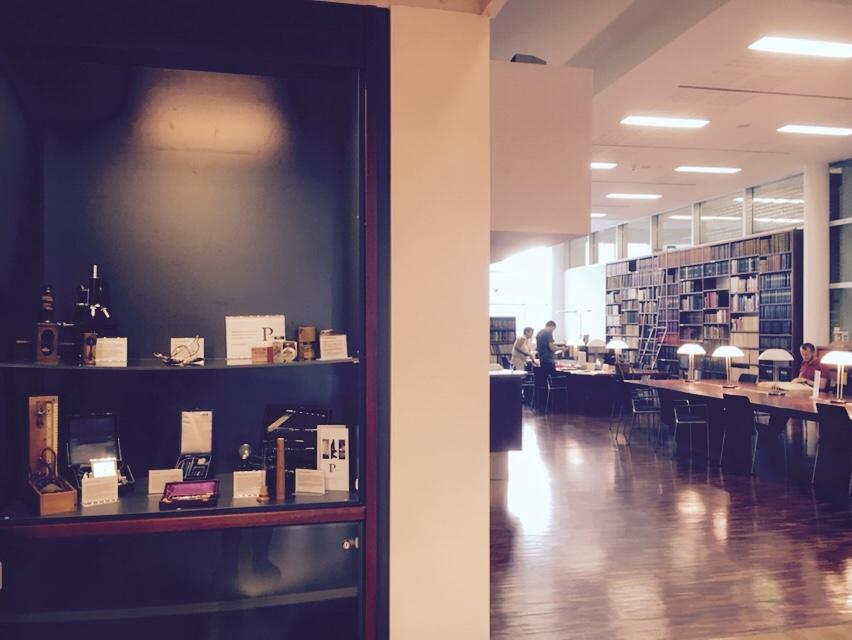Blick in den Arbeitsraum der Bibliothek und in die Vitrine.