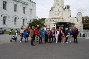Der Großteil der Reisegruppe am 2. Tor des Zentralfriedhofes kurz vor Führungsbeginn
